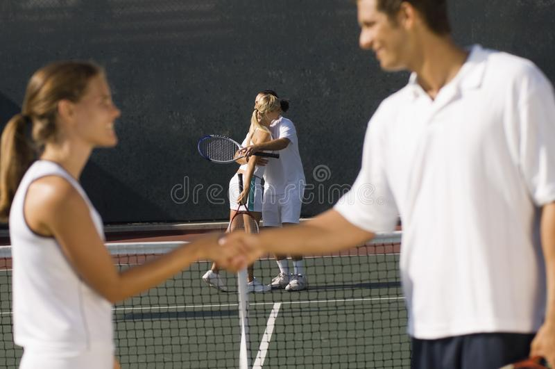 Jugadores de tenis que sacuden las manos imagenes de archivo