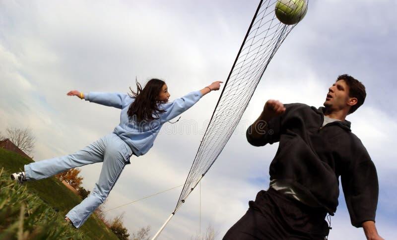 Jugadores De Voleibol De Los Pares Foto de archivo