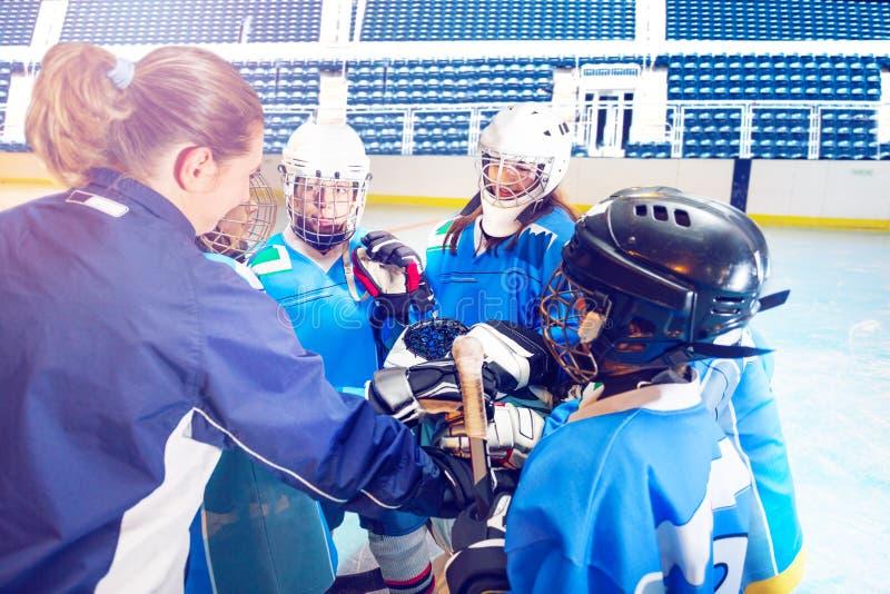 Jugadores del coche y de hockey que se unen a las manos en grupo fotografía de archivo libre de regalías