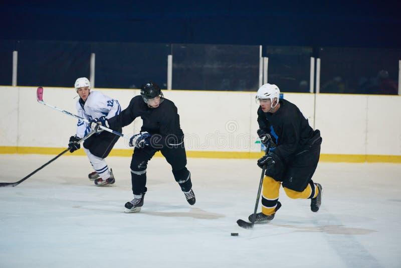 Jugadores del deporte del hockey sobre hielo imagenes de archivo