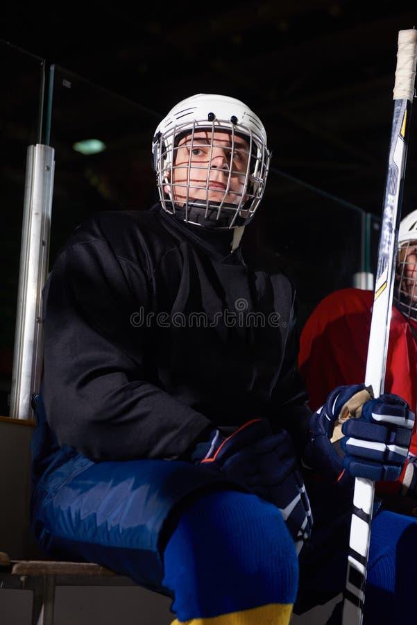 Jugadores del hockey sobre hielo en banco fotografía de archivo libre de regalías