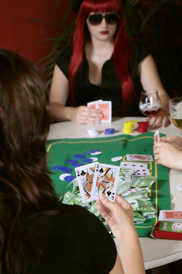 Jugadores del juego de póker que celebran tarjetas fotos de archivo