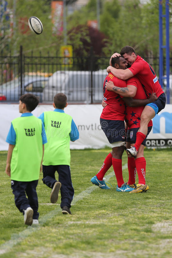 Jugadores del rugbi que celebran la victoria imagenes de archivo