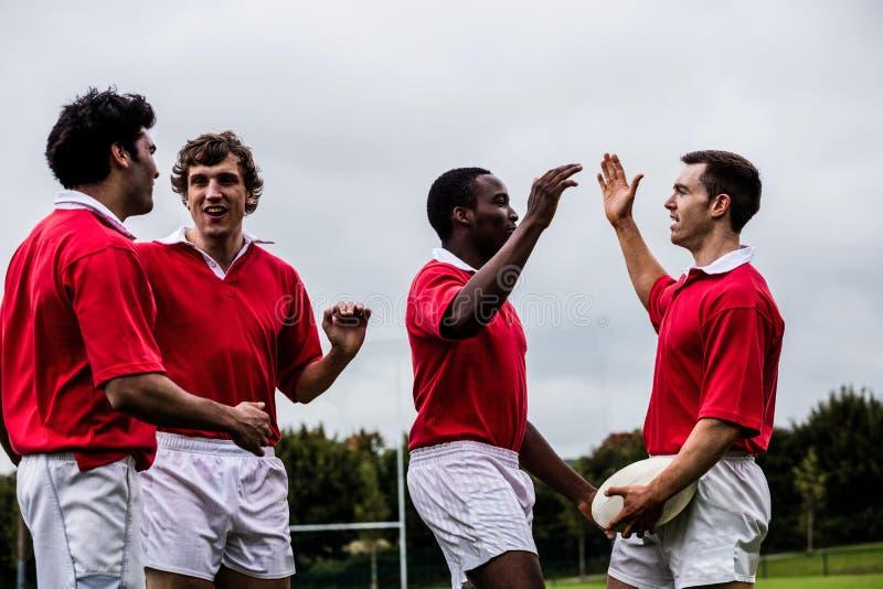 Jugadores del rugbi que celebran un triunfo foto de archivo libre de regalías