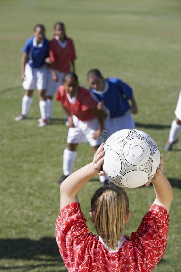 Jugadores femeninos que juegan a fútbol foto de archivo
