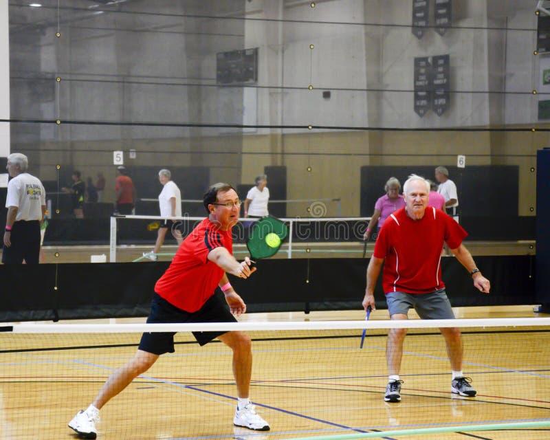 Jugadores masculinos de Pickleball en la acción foto de archivo
