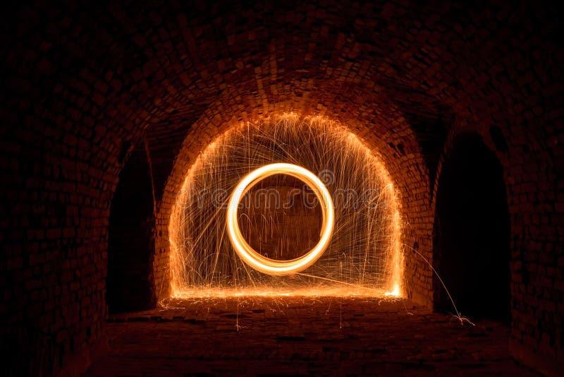 Jugando con fuego y luz imagenes de archivo