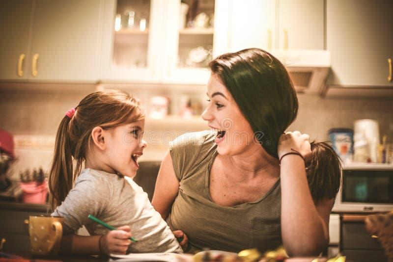 Jugando con la mamá, niña fotos de archivo