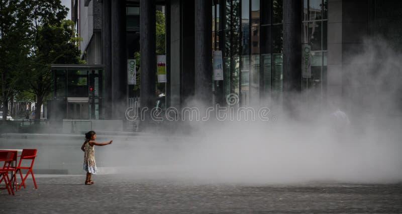 Jugando con las calles de Osaka de la fuente durante un día de verano caliente, Osaka central, isla de Nakanoshima, Japón, fotos de archivo libres de regalías