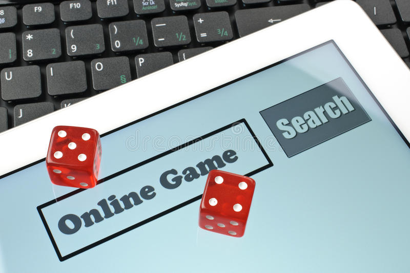 Jugando los dados para el juego en línea imagen de archivo libre de regalías
