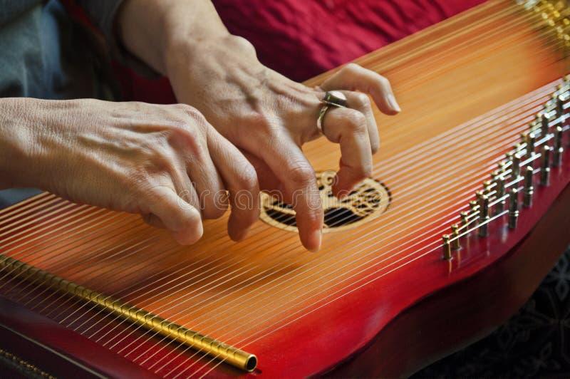 Jugando música en revestimiento harp en la opinión del primer fotografía de archivo libre de regalías