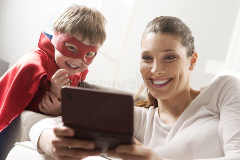 Jugando videojuegos juntos imágenes de archivo libres de regalías