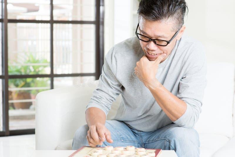 Jugar al ajedrez de China imagen de archivo libre de regalías