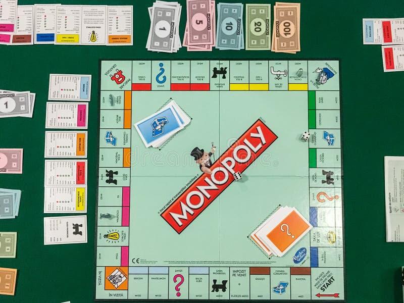 Jugar al juego de mesa del monopolio fotos de archivo