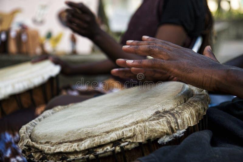 Jugar bongos fotografía de archivo