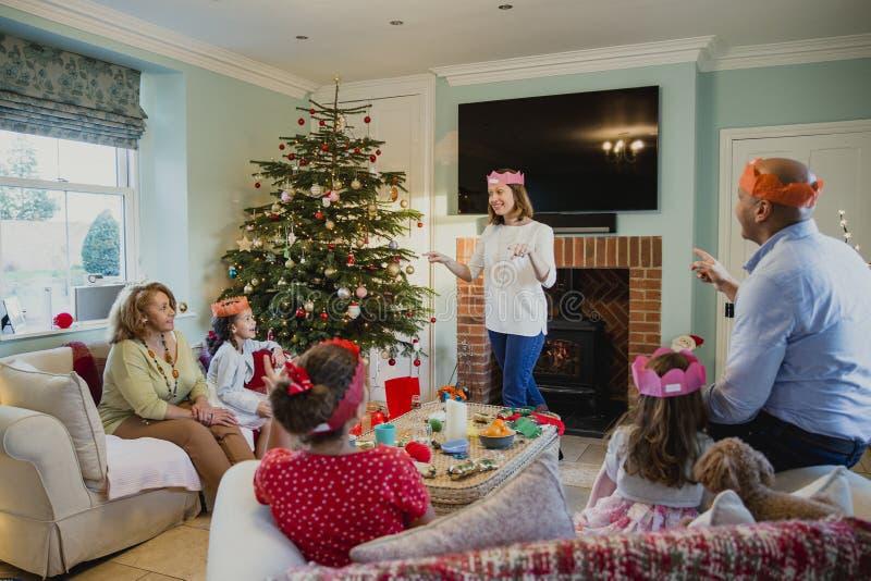 Jugar charadas en la Navidad fotografía de archivo libre de regalías