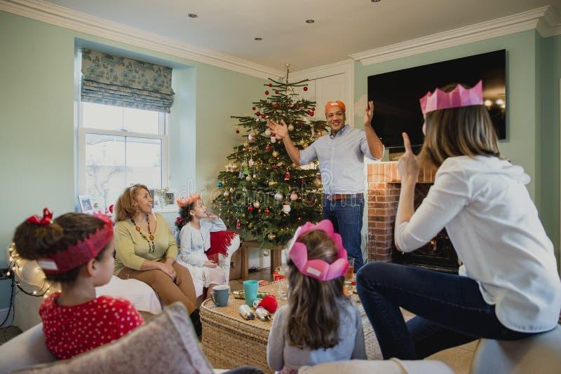 Jugar charadas en la Navidad foto de archivo libre de regalías
