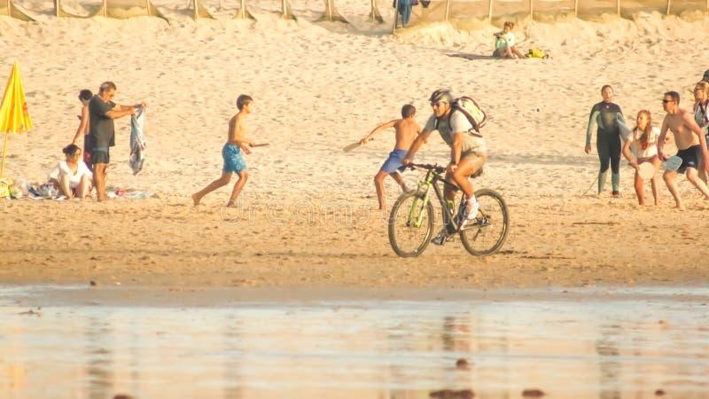 Jugar deportes multi en la playa imágenes de archivo libres de regalías