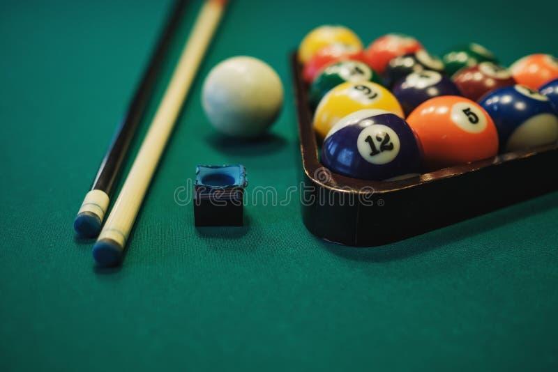 Jugar el billar Bolas de billar y señal en la tabla de billares verde Concepto del deporte del billar imagen de archivo libre de regalías