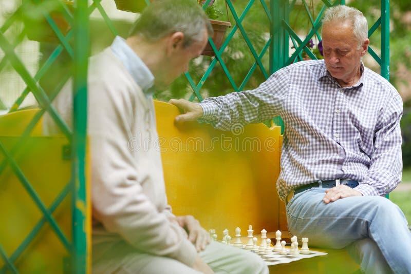 Jugar el exterior del ajedrez foto de archivo libre de regalías
