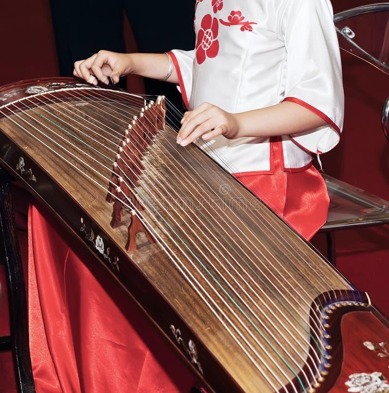 Jugar el guzheng imágenes de archivo libres de regalías