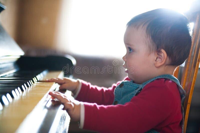 Jugar el piano fotografía de archivo