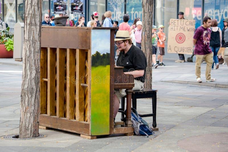 Jugar el piano en público fotografía de archivo