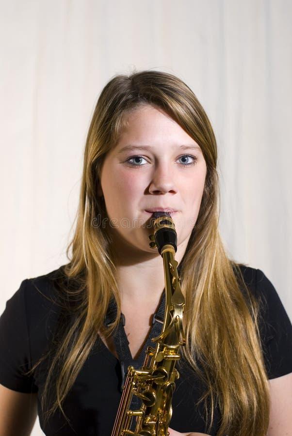 Jugar el saxofón imagen de archivo