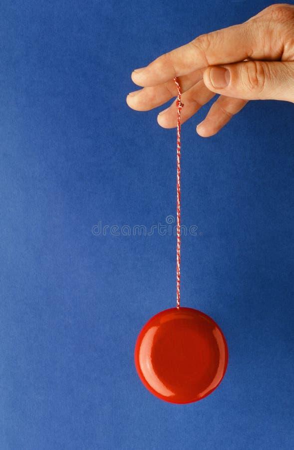 Jugar el yoyo sobre fondo azul fotos de archivo