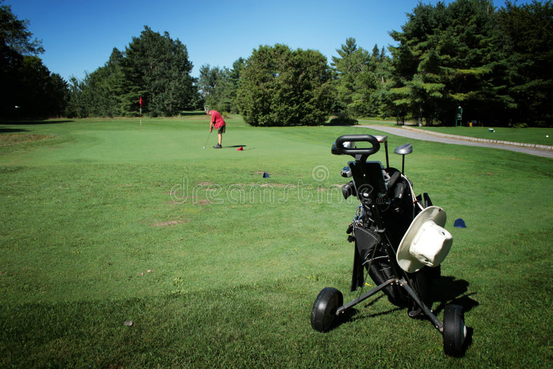 Jugar a golf imagenes de archivo