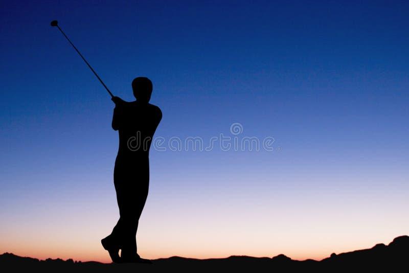 Jugar a golf en el amanecer fotos de archivo