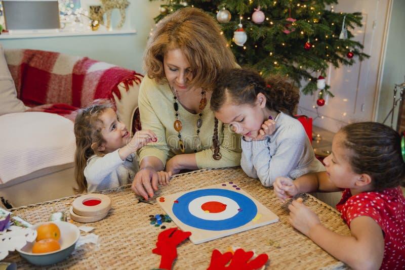 Jugar a los juegos de mesa en la Navidad imagenes de archivo