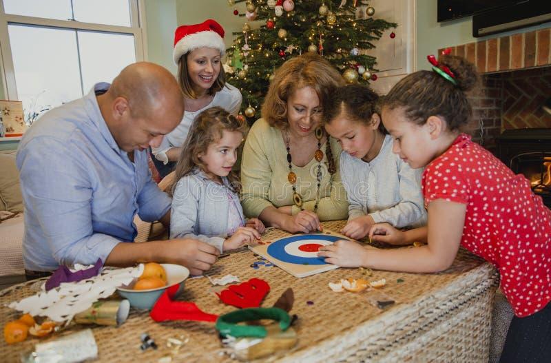 Jugar a los juegos de mesa en la Navidad imágenes de archivo libres de regalías