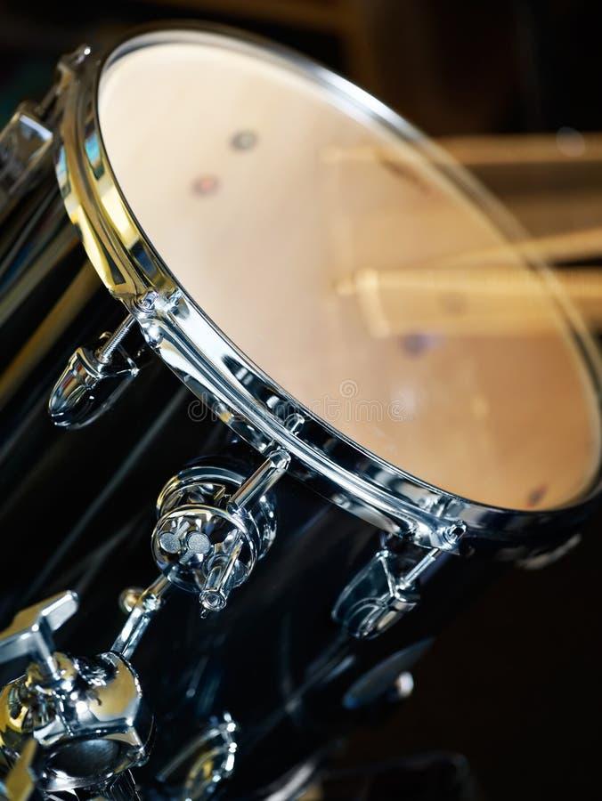 Jugar los tambores foto de archivo libre de regalías
