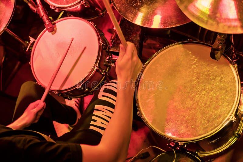 Jugar los tambores en un concierto foto de archivo libre de regalías