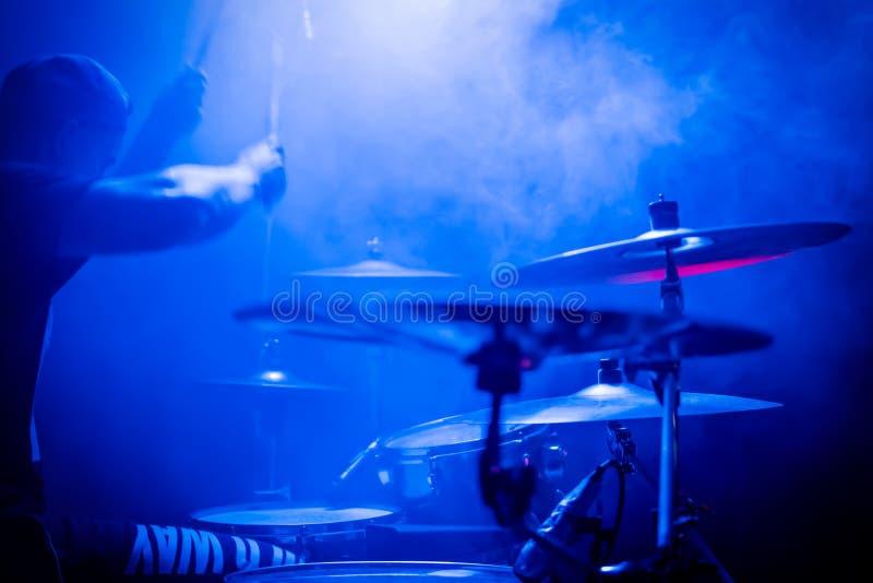 Jugar los tambores en un concierto fotos de archivo libres de regalías