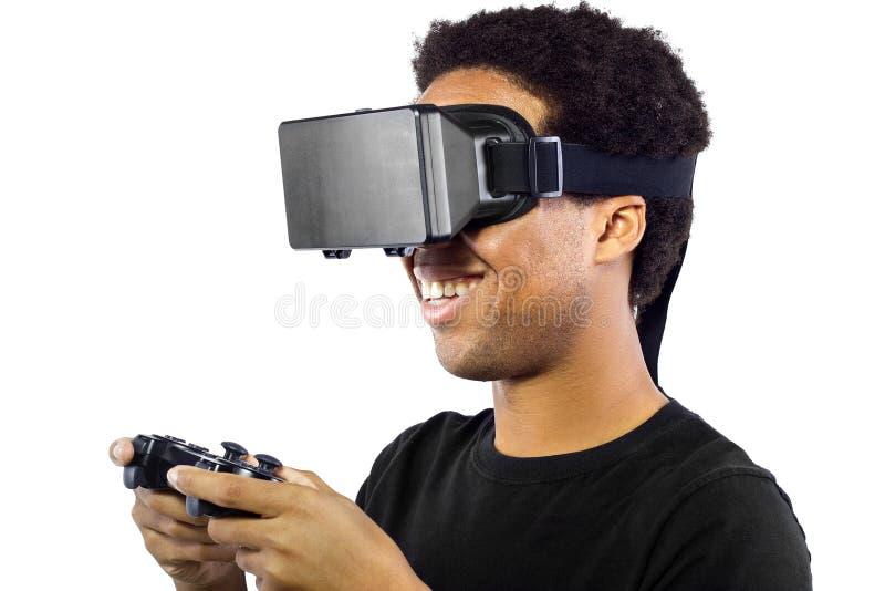 Jugar a los videojuegos con las auriculares de la realidad virtual fotos de archivo