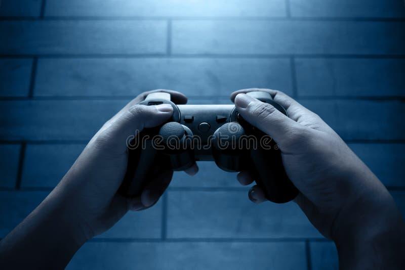 Jugar a los videojuegos en la noche imagen de archivo libre de regalías