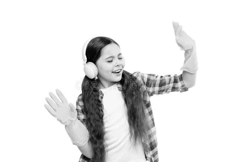 Jugar música puede cortar tiempo de limpieza por la mitad Auriculares del desgaste de la muchacha y guantes protectores para limp imágenes de archivo libres de regalías