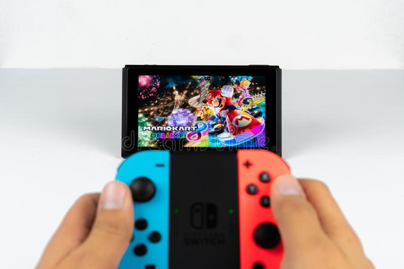 Jugar a Mario Kart Deluxe 8 en el interruptor de Nintendo imagen de archivo