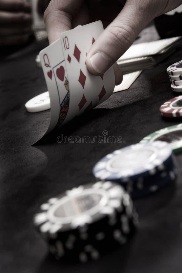 Jugar tarjetas y virutas del póker imágenes de archivo libres de regalías