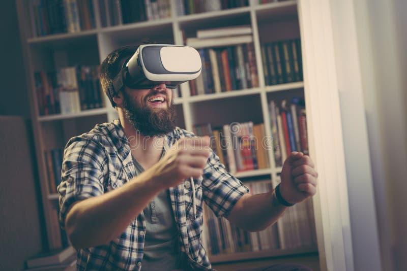 Jugar a un juego video fotos de archivo