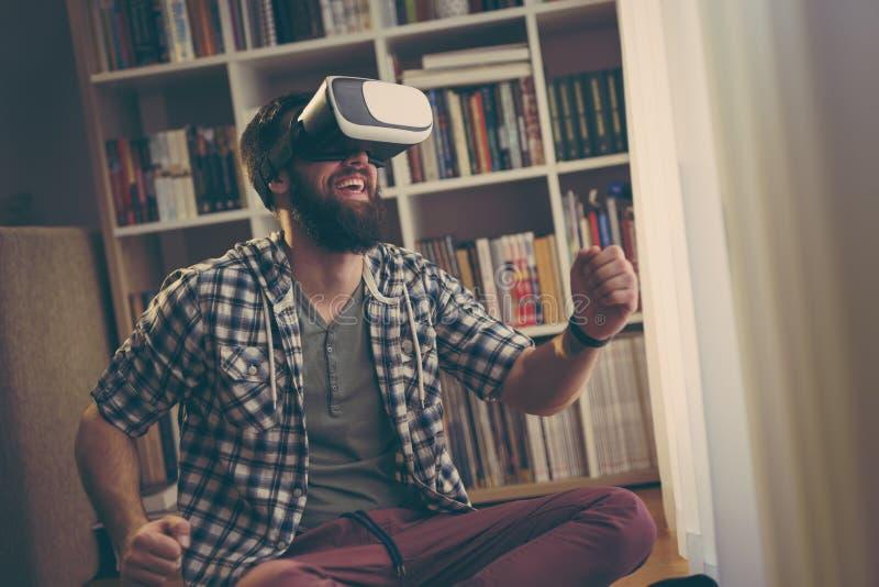 Jugar a un juego video fotografía de archivo libre de regalías