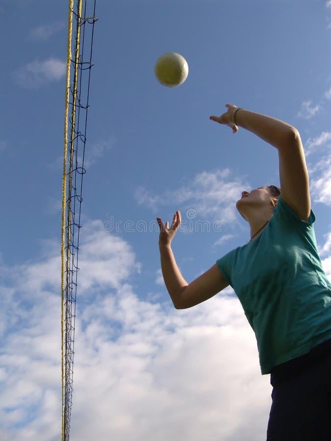Jugar a voleibol fotografía de archivo libre de regalías