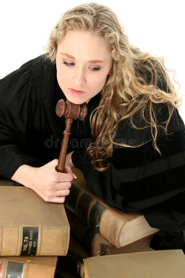 Juge assez blond de femme avec Gavel et des livres de loi de 70 ans images libres de droits