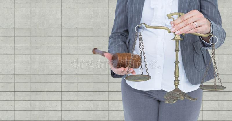 Juge avec l'échelle d'équilibre et marteau devant le mur image stock