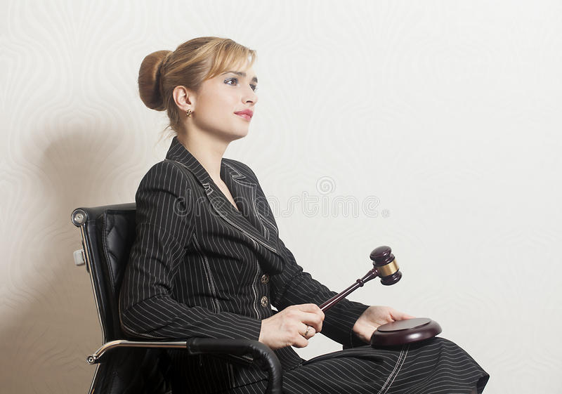 Juge féminin With Wooden Gavel photographie stock