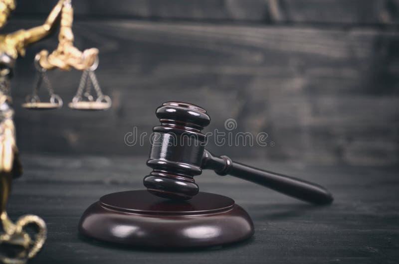 Juge Gavel, juge de Scalesof et Madame Justice sur un en bois noir photo libre de droits