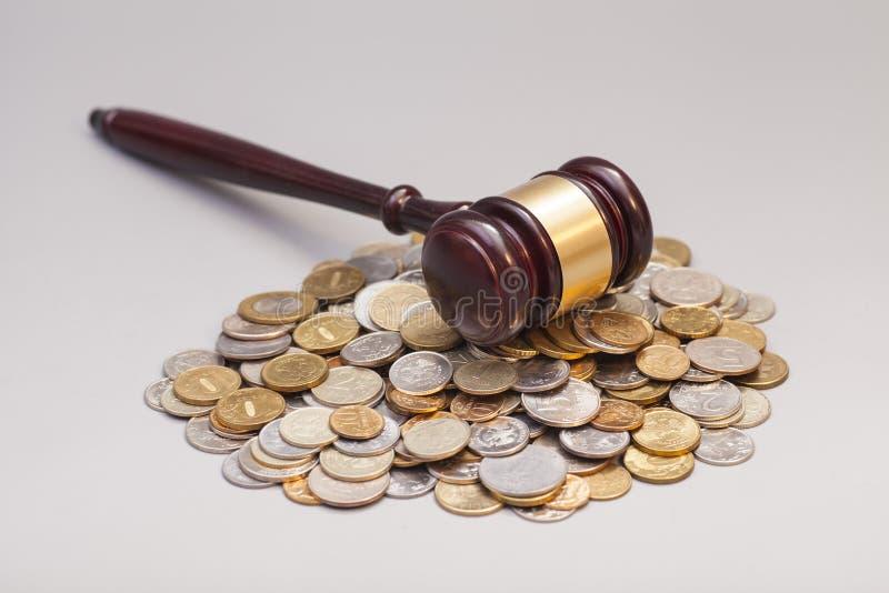 Juge le marteau de loi sur la pile des pièces de monnaie images libres de droits