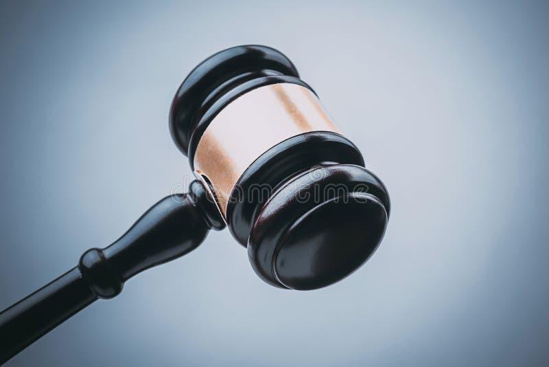 Juge noir Wood Hammer avec le fond bleu photographie stock